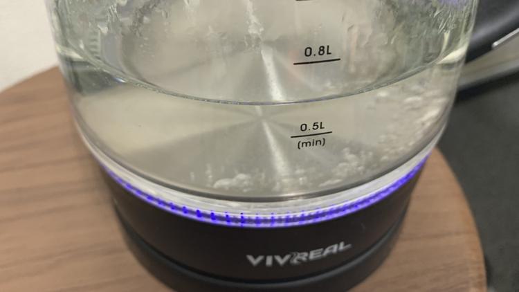電気ケトルでお湯を沸かす