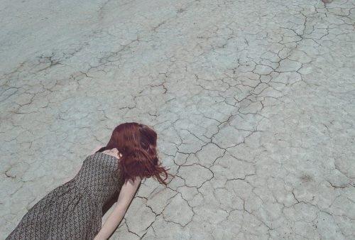 乾いた土と落ちてる人