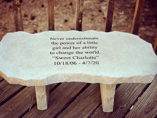 墓跡に似せたテーブル