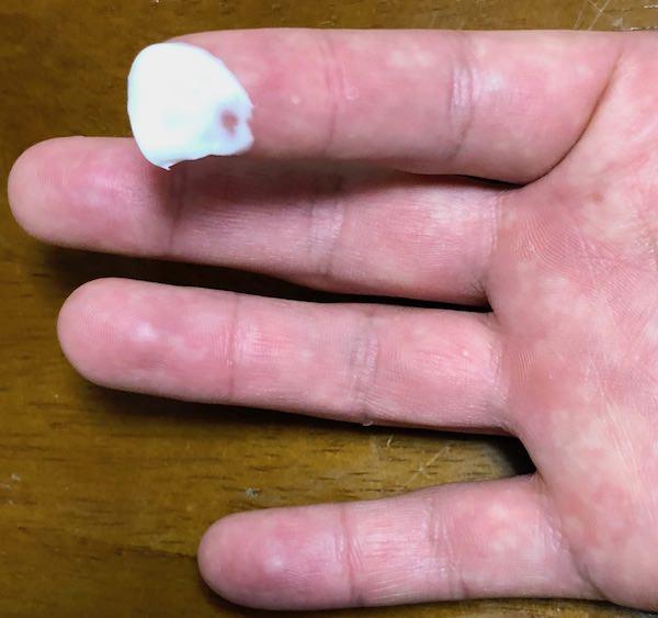 指でクリームを掬った画像