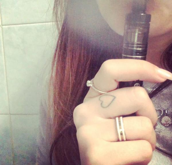 Fog1を吸う女性