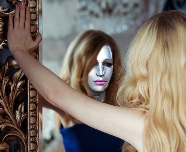自分自身を知る 鏡をみる女性の写真