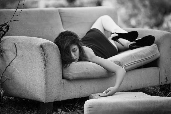 すごい態勢で寝る女性